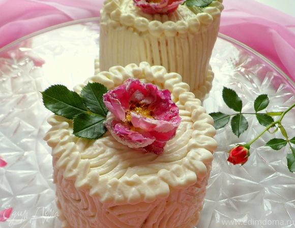 Мини-торты с розами, малиновым желе и сливочным кремом
