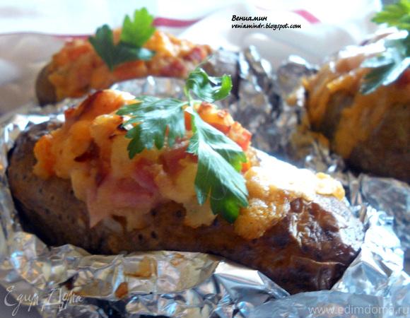 Запеченный картофель, фаршированный ветчиной и чеддером