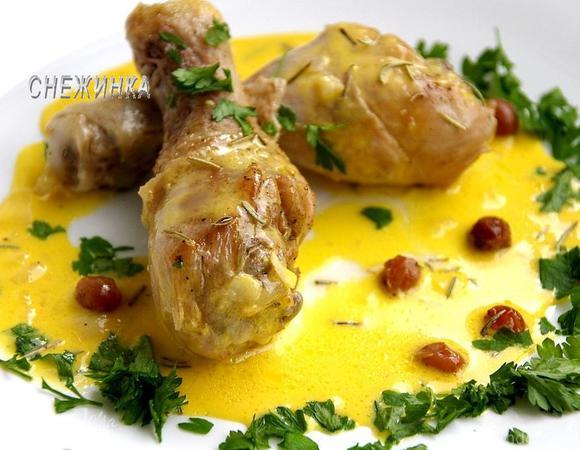 Куриные ножки в соусе из белого вина с розмарином и изюмом