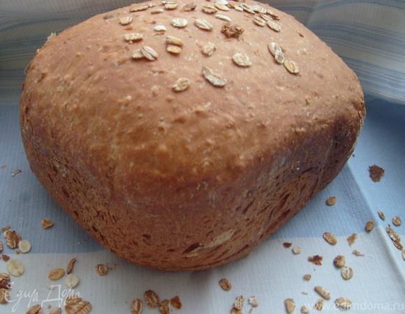 В нее добавляем воду и сахар, солим и замешиваем тесто.