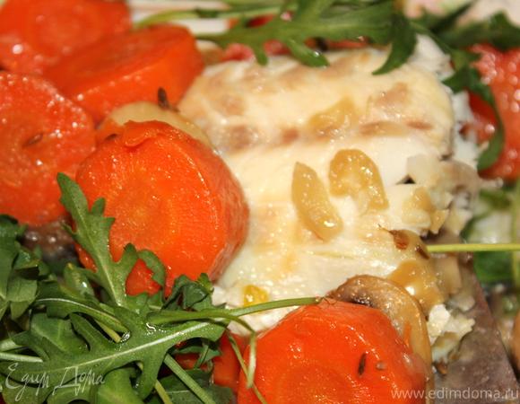 Сибас, запеченный с грибами и морковью
