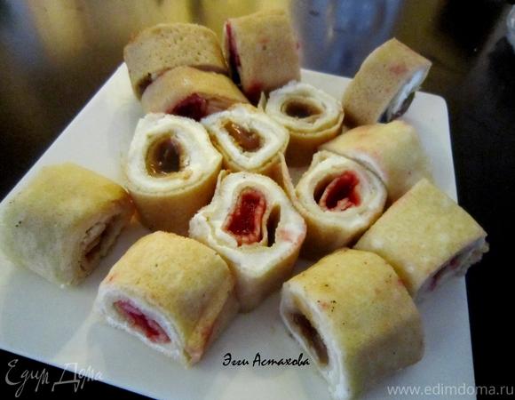 Сладкие блинные роллы «Три вкуса» с соусами