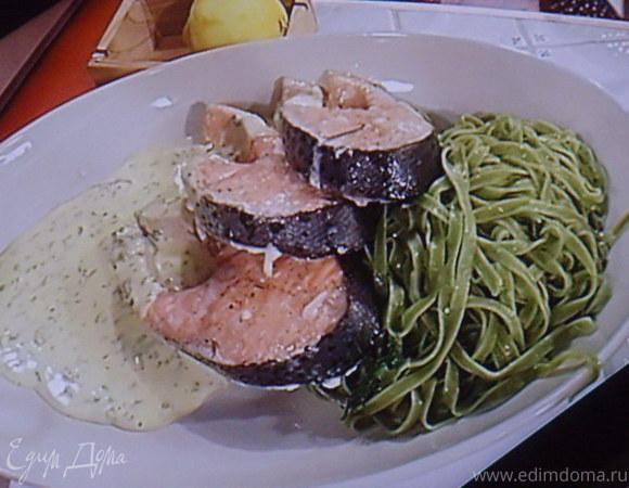 Стейки лосося на зеленых тальятелле под щавелевым соусом