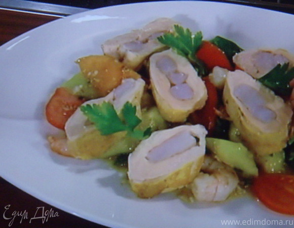 Куриная грудка, фаршированная креветкой на салате из дыни
