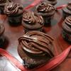 Нежные шоколадные маффины и крем для украшения