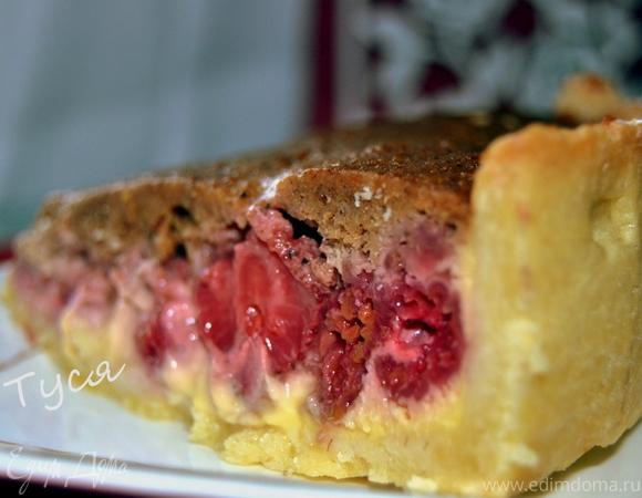 Пирог с малиной в ванильном креме под ореховым одеялом