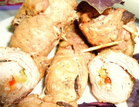 Свиные рулетики со сладким перцем под базиликом