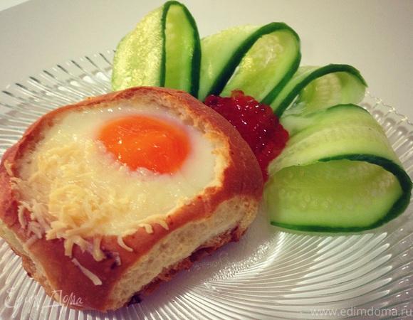 Глазунья в булочке с пармезаном и красной икрой - для конкурса Едим Дома 10 лет