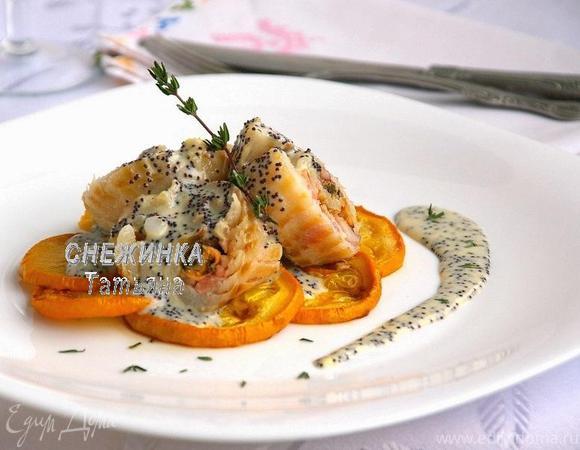 Морской рулет с сыром Джюгас под маковым соусом на подушке из цукини