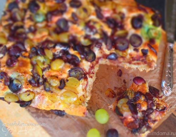 Медовый пирог с виноградом, шоколадом и маршмеллоу