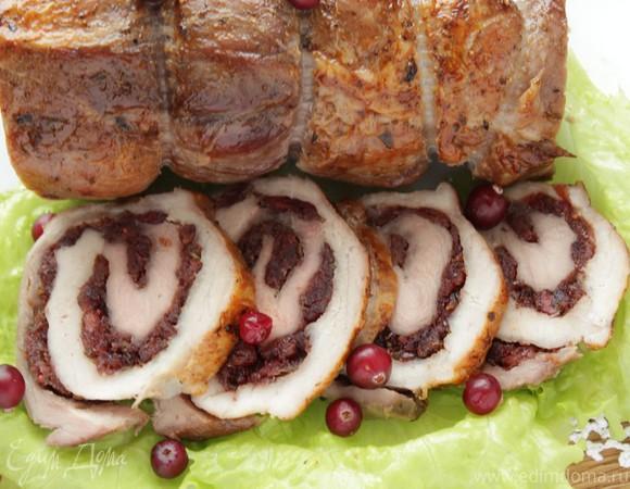 Рулет из свинины с вяленой клюквой