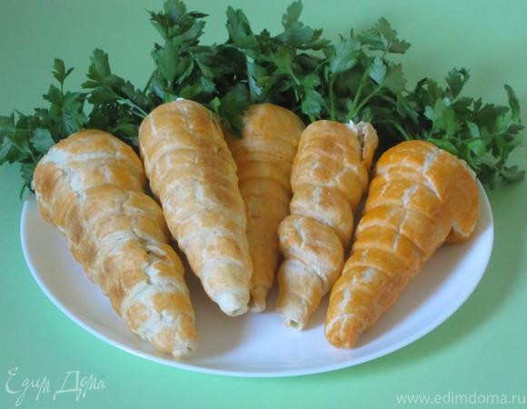 """""""Морковки"""" из слоеного теста с салатом"""