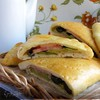 Кальцоне с цукини, оливками и моцареллой