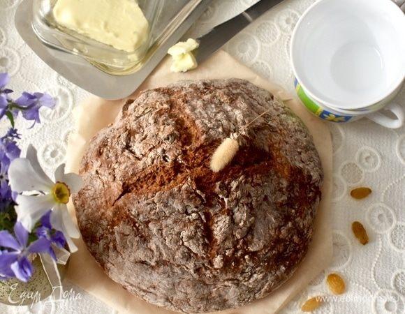 Цельнозерновой содовый хлеб с тмином, изюмом и овсяными хлопьями