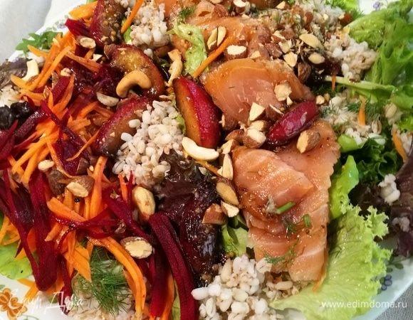 Салат из перловки с лососем и нектарином