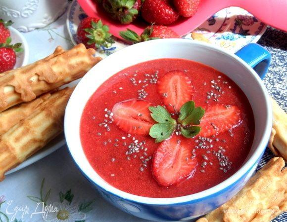 Клубничный суп и вафли