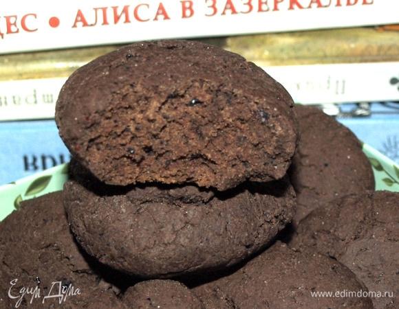 Шоколадное печенье с черной смородиной