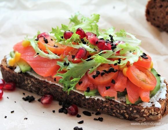 Тост с лососем, овощами и пикантной посыпкой