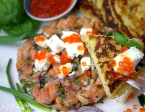 Картофельные панкейки с лососем и икрой
