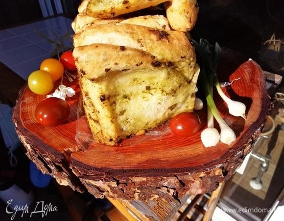 Чесночный отрывной хлеб со свежей зеленью