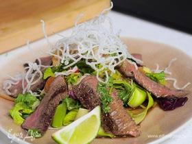 Олег жарит! Салат со стейком, фунчозой и заправкой в тайском стиле