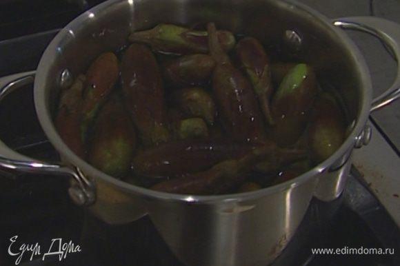 Баклажаны отправить в кипящую воду и варить 5–7 минут (если они довольно крупные, то варить следует минут 15).