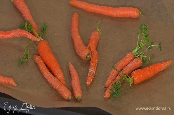 Морковь почистить, опустить в подсоленную кипящую воду и, добавив лавровый лист, варить несколько минут, чтобы она стала мягкой, но не разварилась, затем выложить на тарелку и остудить.