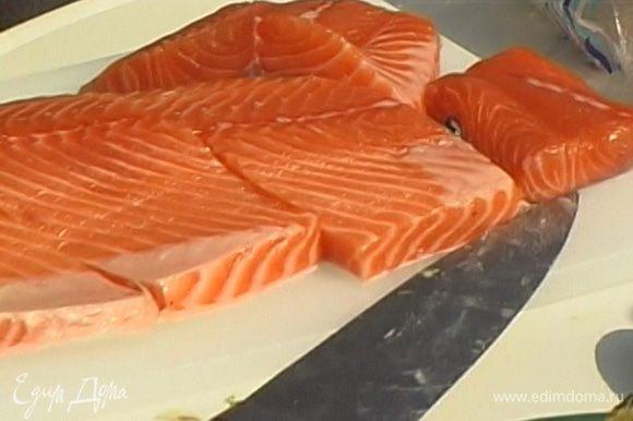 Нарезать рыбу на порционные куски длиной 8-10 см.