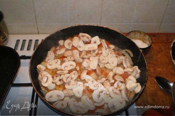 Разогреть в глубокой тяжелой сковородке растительное масло.Отставить сковородку и выложить слоями:размороженные мидии,лук полукольцами (можно предварительно замариновать в винном уксусе), некрупно нарезанный болгарский перец, помидоры, грибы.Верхний слой посолить, поперчить, смазать щедро майонезом (кто худеет может это и не делать менее вкусно не будет:).Присыпать мелко нарезанным чесночком.Закрыть крышкой и оставить на среднем огне 15мин.Открыть крышку и присыпать полностью натертым сыром (можно нарезанными кусочками)Но так, чтобы вся поверхность была закрыта.И поставить на огонь еще на 5 мин.