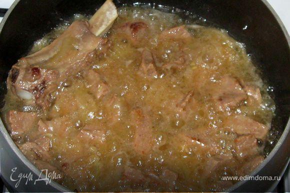 Налить в кастрюлю с толстым дном растительное масло высотой в 1,5 пальца. Хорошо прогреть, потом добавить мелко порезанную телятину. Помешивая ,обжарить мясо .Добавить порезанный полукольцами лук. И еще слегка обжарить вместе лук и мясо. Добавить 1/3 стакана кипятка. Накрыть кастрюлю крышкой и тушить 30 мин на очень маленьком огне.