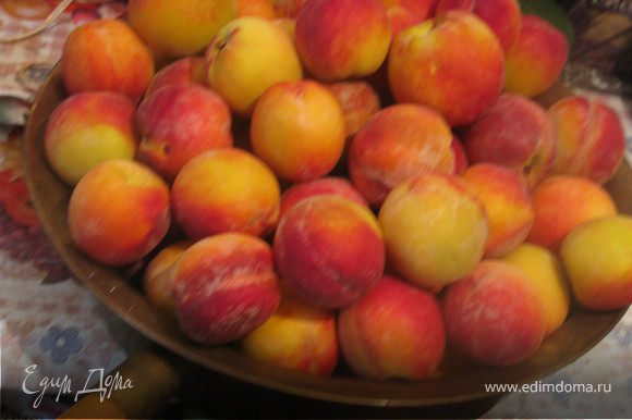 Вымыть и вышушить персики.