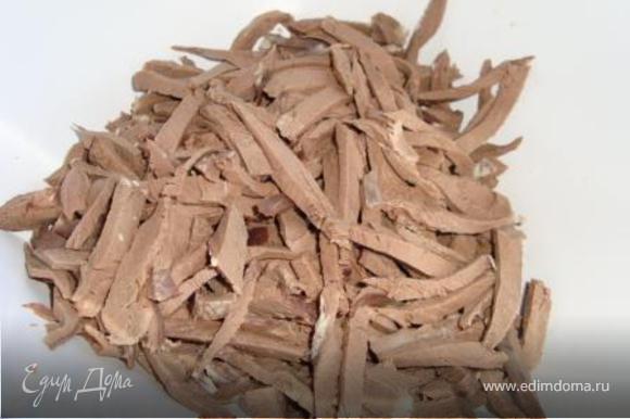 Охлаждённое сердце очистить от жира, плёнок и прочего (охлаждать не вынимая из бульона), нарезать соломкой.