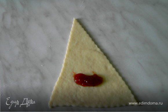 На широкую сторону треугольника положить 1ч.л. джема или мармелада.