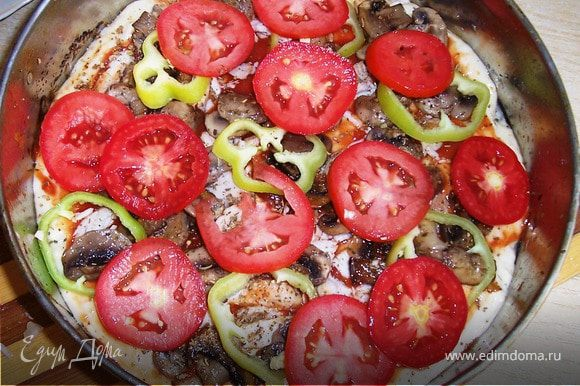 Начинаем выкладывать сначала курицу,затем грибы,посыпаем специями,потом перец и помидоры.