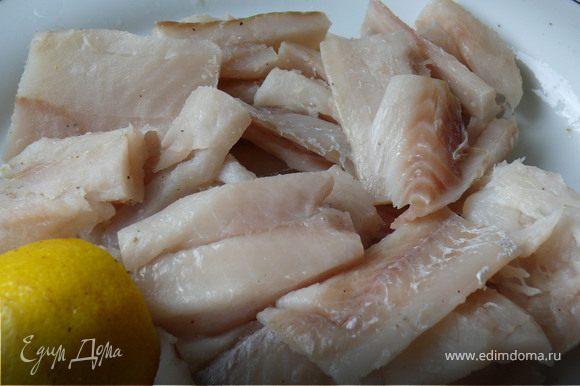 Рыбное филе вымыть и обсушить( если у вас замороженное-предварительно разморозить).Посолить, поперчить, сбрызнуть лимонным соком.Чеснок мелко порезать, луковицу на полу-кольца,Шпинат не очень мелко порубить( в случае с размороженным - не нужно)