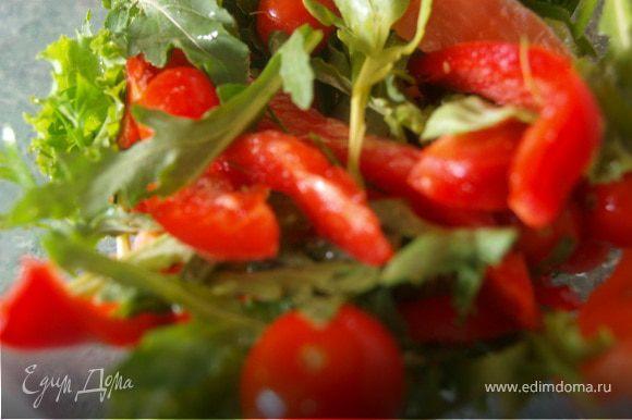 Пока корзиночки застывают, готовим салат. У меня сегодня такой: листья салата и руколу моем, обсушиваем, моем помидорки и перец, рыбу нарезаем тонкими пластинками и сбрызгиваем несколькими каплями лимонного сока, перец освобождаем от семян и нарезаем длинными полосками. В оливковое масло добавляем свежемолотый перец и несколько капель лимона, перемешиваем. Заправляем листья салата,перемешиваем, добавляем остальные ингредиенты и еще раз перемешиваем.