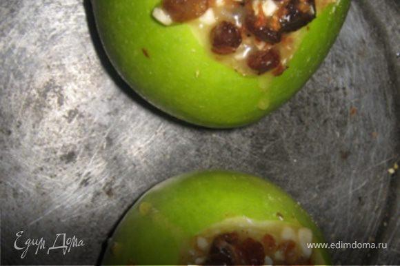 А сверху укладываем начинку : смешиваем изюм, орехи, мед и корицу. Ставим яблоко запекаться в духовку при 180 градусах минут на 20-30. Готовое яблоко слегка посыпаем сахарной пудрой и оформляем по желанию.