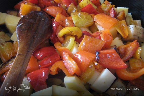 В емкость для запекания (формочка, сковородка) кладем обжаренные овощи и картошку, нарезанную средним кубиком. Добавляем травы, соус, солим, перчим и перемешиваем все.