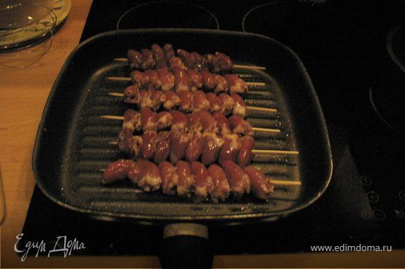 Быстро обжарить на большом огне на сковороде, переворачивая как можно чаще, чтобы не горели. Обжаривать в течение 3-4 минут до готовности. Несмотря на короткое время обжаривания получается мягко и сочно!