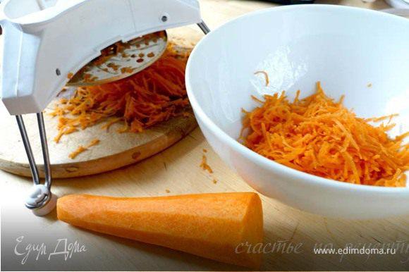На мелкой терке натираем 2 средних морковки, но не совсем в пюре