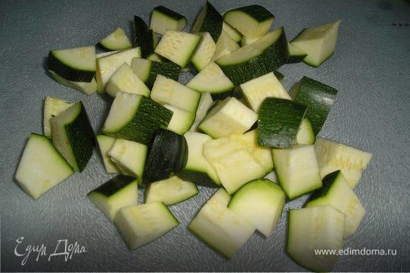 Цукини нарезать такими же брусочками, как картофель. Добавить к картофелю, накрыть крышкой, тушить вместе 10 мин.