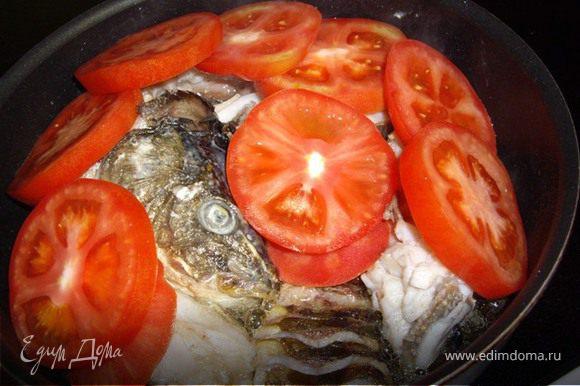 После того, как мы обжарили рыбу со всех сторон, убавляем огонь, выкладываем помидоры на рыбу и закрываем крышкой. Минут на 10-12 этого времени вполне достаточно для того, чтобы помидоры приготовились, а карп, пропитался их соком.