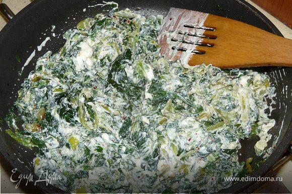 На оливковом масле потомить чеснок, перец (болгарский) и шпинат несколько минут. Добавить сметану, снять с огня.