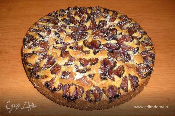 Теплый пирог посыпать сверху равномерно коричневым сахаром. Пирог охлаждать в форме.
