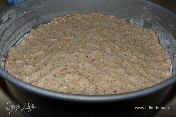 Сделать тесто, распредилить его в форме (разъемной).