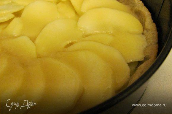Приготовить крем: взбейте яйцо с сахаром и ванильным сахаром. Добавьте сливки и хорошо прогрейте на водяной бане минут 5-7, постоянно помешивая. В отдельну миску насыпьте муку и добавьте к ней яично-сливочную смесь небольшими порциями, каждый раз хорошо перемешивая. Перелить смесь в сотейник и варить на небольшом огне до загустения, помешивая (по консистенции крем должен получиться такой, чтобы легко было его распределить на яблоках, т.е. стекать струйкой). Яблоки очистить от кожуры и нарезать тонкими полукругами. Выложить их на корж и полить сверху кремом.