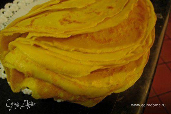 Приготовить тесто для блинов. Для этого взбить яйца, молоко, муку и щепотку соли. Пожарить тонкие, но крепкие блинчики до золотистого цвета.