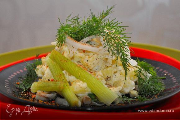Собираем салат. На тарелку выкладываем фенхель. Картофель заправляем йогуртом и выкладываем поверх фенхеля. Сверху кладем немного белого лука и свежего укропа, декорируем паприкой или куркумой.