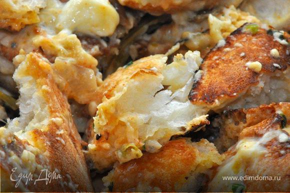 Готовый перец перекладываем на блюдо. В противне остался сумасшедший сырно- оливково-чесночный крем соус. Ломаем небольшие кусочки хлеба, хорошенько обваливаем их в соусе. Отправляем противень обратно в духовку еще на 15 минут.