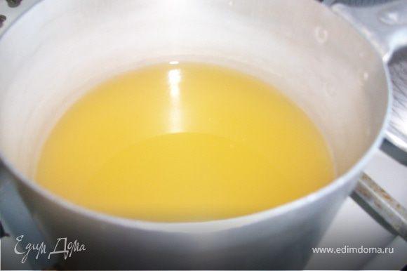 Взять кастрюльку, налить в нее ананасовый сок, довести до кипения.В кипящий сок насыпать овсяные хлопья. Варить кашу до готовности.